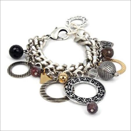 Modni nakit omiljeni dodatak na ženi